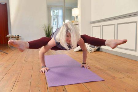 Tittibhasana par Laurence Mouton, à L'atelier de Yoga Lille Vauban