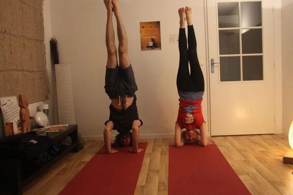 Salamba Sirsasana par Laurence Mouton et Ariel Gio à l'Atelier de Yoga Lille Vauban